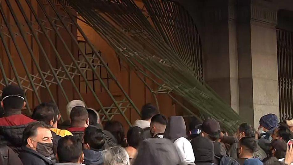 Las rejas de Constitución, destrozadas por los pasajeros furiosos por tantas horas de vías cortadas.