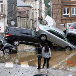 La imagen muestra a la gente pasando junto a los coches amontonados en una rotonda en la ciudad belga de Verviers, después de que las fuertes lluvias e inundaciones azotaran el oeste de Europa, matando al menos a dos personas en Bélgica. | Foto:François Walschaerts / AFP