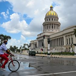 Un hombre circula en su bicicleta cerca del Capitolio de La Habana. - Cuba culpó a una  | Foto:Yamil Lage / AFP