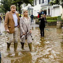 El rey Guillermo Alejandro y la reina Máxima de Holanda inspeccionan los daños causados por la tormenta en Valkenburg, al sur de Holanda.   Foto:Sem Van Der Wal / ANP / AFP
