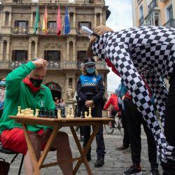 Personas juegan al ajedrez frente al Ayuntamiento de Pamplona durante el torneo    Foto:Ander Gillenea / AFP