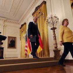 La canciller alemana, Angela Merkel y el presidente estadounidense, Joe Biden, salen de una conferencia de prensa conjunta en la Sala Este de la Casa Blanca en Washington, DC. | Foto:Chip Somodevilla / Getty Images / AFP