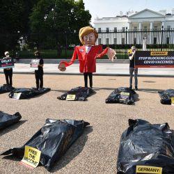 Una efigie de la canciller alemana Angela Merkel y bolsas de    Foto:Mandel Ngan / AFP