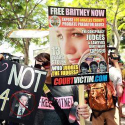 Los partidarios de la estrella del pop Britney Spears participan en una manifestación #FreeBritney en el monumento a Lincoln en Washington, DC. El grupo pide que se ponga fin a la tutela de 13 años dirigida por el padre de la estrella del pop, Jamie Spears y Jodi Montgomery, que tienen el control de sus finanzas y negocios.   Foto:Emma McIntyre / Getty Images / AFP