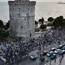 Manifestantes antivacunas participan en una concentración en Tesalónica, dos días después de que el gobierno anunciara la vacunación obligatoria contra el virus Covid-19 para todos los trabajadores sanitarios, incluidos los que trabajan en residencias de ancianos.   Foto:Sakis Mitrolidis / AFP