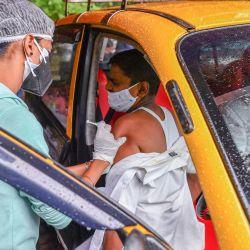 Un personal médico inocula a un taxista una dosis de la vacuna contra el coronavirus Covid-19 de AstraZeneca-Oxford en un centro de vacunación en Mumbai.   Foto:Indranil Mukherjee / AFP