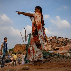 Una mujer señala hacia los escombros de las casas después de que las autoridades locales arrasaran un asentamiento que se decía que estaba en un terreno forestal en la aldea de Khori, en el distrito de Faridabad, en el estado indio de Haryana. | Foto:Money Sharma / AFP