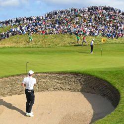 El norirlandés Rory McIlroy espera para jugar desde el búnker del lado del green en el hoyo 6 durante su primera ronda en el primer día de The 149th British Open Golf Championship en el sureste de Inglaterra.   Foto:Andy Buchanan / AFP