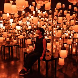 Un miembro del personal se sienta ante la instalación digital interactiva    Foto:Yuki Iwamura / AFP