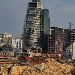 Un barco hundido en el puerto de Beirut, la capital del Líbano, casi un año después de la explosión masiva que mató a más de 200 personas e hirió a otras decenas. | Foto:Patrick Baz / AFP