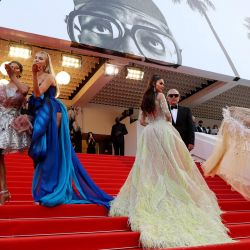 Modelos posan en las escaleras a su llegada a la proyección de la película  | Foto:Valery Hache / AFP