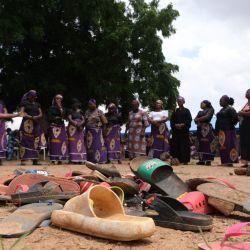 Padres de los estudiantes secuestrados rezan por el regreso de sus hijos que fueron secuestrados por hombres armados en el área de gobierno local de Chikun del estado de Kaduna, al noroeste de Nigeria. | Foto:Kola Sulaimon / AFP