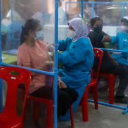 Trabajadores médicos inoculan a personas con dosis de una vacuna contra el coronavirus Covid-19 en Pattani, mientras Tailandia intenta contener un aumento de los casos de coronavirus. | Foto:Tuwaedaniya Meringing / AFP
