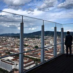 Un hombre se encuentra en una terraza del edificio Intesa Sanpaolo, diseñado por el arquitecto italiano Renzo Piano, en Turín, al noroeste de Italia. | Foto:Marco Bertorello / AFP