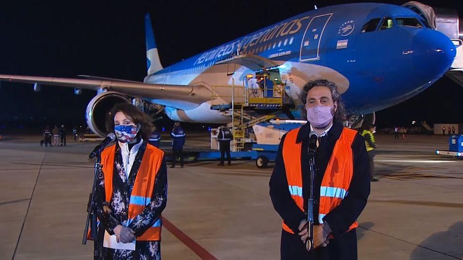 Cafiero y MaryKay Carlson, encargada de negocios de la embajada de los Estados Unidos, recibiendo la donación de vacunas Moderna en Ezeiza.
