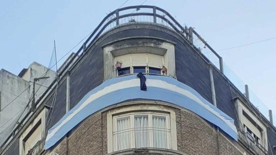 Vecinos de Cristina Kirchner colgaron una bandera y un crespón negro por las víctimas del coronavirus 20210716