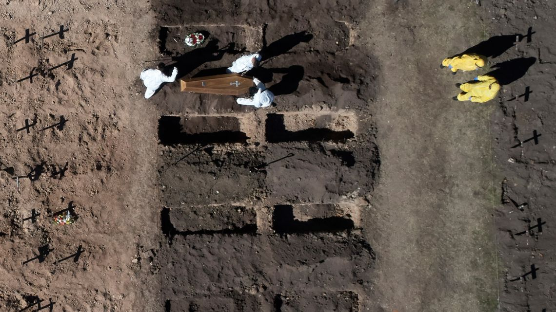Workers bury a victim of Covid-19 at the Chacarita cemetery in Buenos Aires.