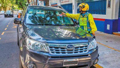 Infracciones. Quienes dejen autos mal estacionados en las calles y avenidas porteñas recibirán multas de hasta 11.700 pesos.