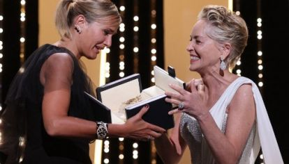 Sharon Stone entrega a Julia Ducournau la Palma de Oro de Cannes 2021. Ella es la segunda cineasta mujer en ganar el premio mayor en la historia el Festival de Cannes.