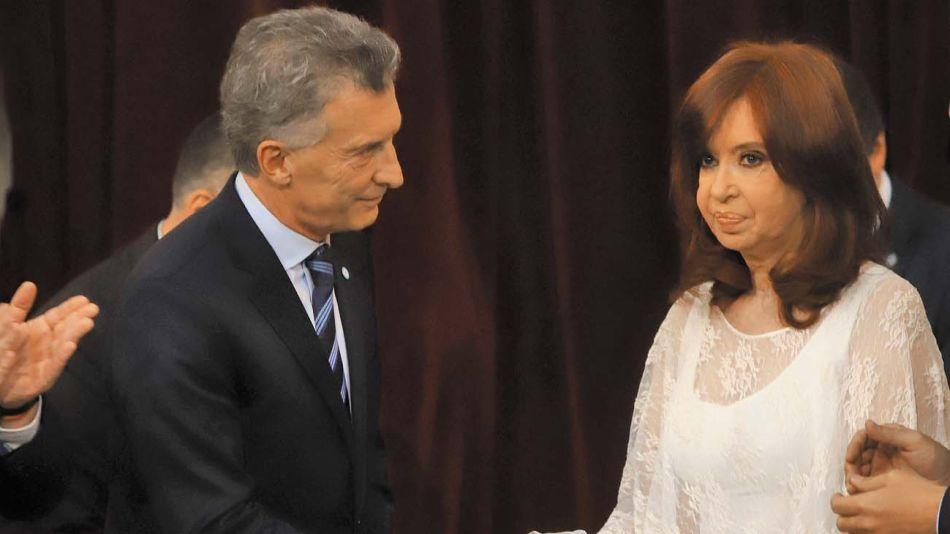 Hielo: En 2019 Macri, presidente saliente, saluda a Cristina Kirchner, vicepresidenta entrante.