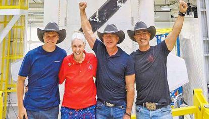 Tripulación. Jeff Bezos en Texas junto a su hermano Mark, la ex piloto Wally Funk y el adolescente Oliver Daemen de 18 años.