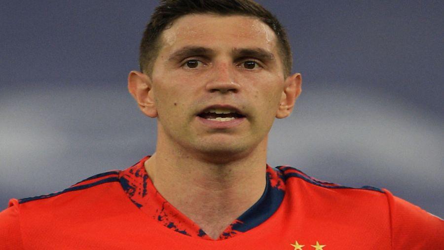 El arquero del Aston Villa y de la Selección Argentina llegó el lunes 12 a Birmingham, donde vive con su esposa y su hijo Santi, que nació en 2019.