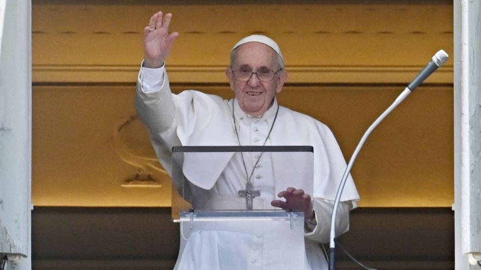 El Papa Francisco, saludando en el Vaticano en su primera aparición luego de la cirugía de colon.