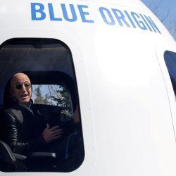 Jeff Bezos viajará al espacio acompañado por 3 personas.
