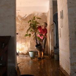 Helga Kretschmann limpia el barro de su antigua sala de estar y retira los enseres domésticos destruidos en la ciudad de Dernau, Renania-Palatinado, oeste de Alemania, tras las devastadoras inundaciones que afectaron a la región.   Foto:Christof Stache / AFP