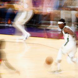 Jrue Holiday de los Milwaukee Bucks maneja el balón por delante de Chris Paul de los Phoenix Suns en la segunda mitad del quinto partido de las Finales de la NBA en el Footprint Center en Phoenix, Arizona.   Foto:Christian Petersen / Getty Images / AFP