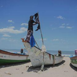 Los pescadores izan una bandera negra en sus barcos como señal de protesta que reclaman contra el proyecto de ley de pesca marítima de la India en Chennai.   Foto:Arun Sankar / AFP