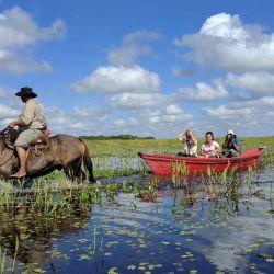 La ruta del Mariscador, en Iberá, incluye la incursión por los canales del Carambola en canoas dirigidas por caballos, comidas típicas y la lectura del cielo nocturno estrellado.