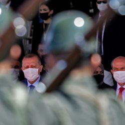 El líder turcochipriota Ersin Tatar (derecha) y el presidente turco Recep Tayyip Erdogan (izquierda) participan en un desfile militar en la parte norte de la capital dividida de Chipre, Nicosia, en la autoproclamada República Turca del Norte de Chipre. | Foto:Birol Bebek / AFP