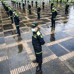 Miembros de la policía nacional asisten a una ceremonia de presentación de nuevos uniformes en la plaza de Bolívar en Bogotá. | Foto:Juan Barreto / AFP