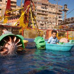 Niños egipcios disfrutan de un parque acuático después de las oraciones matutinas del Eid al-Adha en la ciudad del Delta del Nilo de el-Mahalla el-Kubra, a unos 120 kilómetros al norte de la capital, El Cairo. | Foto:Mohamed El-Saied / AFP