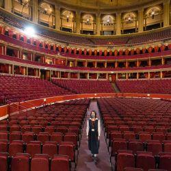 Un miembro del personal posa en el interior del Royal Albert Hall de Londres. - El emblemático Royal Albert Hall de Londres celebra su 150 aniversario con un concierto. | Foto:Tolga Akmen / AFP