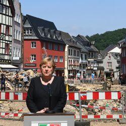 La canciller alemana, Angela Merkel se dirige a la prensa tras visitar la ciudad balneario Bad Munstereifel, devastada por las inundaciones, en el estado de Renania del Norte-Westfalia, al oeste de Alemania. | Foto:Christof Stache / POOL / AFP