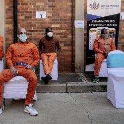 Los reclusos esperan para recibir su dosis de la vacuna Johnson & Johnson contra el COVID-19 en el Centro Correccional Medio de Johannesburgo. - El despliegue de la campaña de vacunación del gobierno sudafricano incluye la vacunación de los reclusos y de los empleados de los Servicios Correccionales de todo el país. | Foto:Luca Sola / AFP