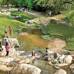 Sucesión de arroyos, balnearios y vegetación camino a La Cumbrecita.