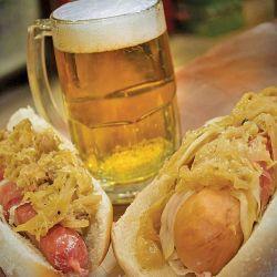 Tradicional plato alemán (salchichas  con chucrut y cerveza artesanal).