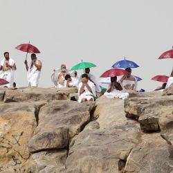 Los peregrinos musulmanes se reúnen en torno al monte Arafat, también conocido como Yabal al-Rahma (Monte de la Misericordia), al sureste de la ciudad santa de La Meca, durante el punto culminante de la peregrinación del Hajj en medio de la pandemia del COVID-19.   Foto:Fayez Nureldine / AFP