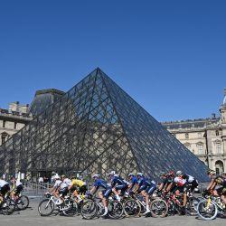 Los ciclistas pasan por delante de la Pirámide del Louvre, dentro del patio del museo, durante la 21ª y última etapa de la 108ª edición del Tour de Francia de ciclismo, de 108 km entre Chatou y los Campos Elíseos de París.   Foto:Bertrand Guay / POOL / AFP