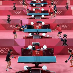 Jugadores de tenis de mesa practican durante una sesión de entrenamiento de tenis de mesa en el Gimnasio Metropolitano de Tokio, en Tokio, antes de los Juegos Olímpicos de Tokio 2020.   Foto:Jung Yeon-je / AFP