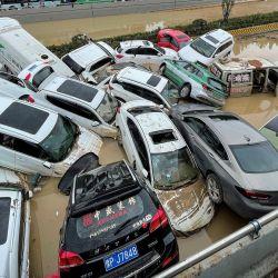 Los coches se sientan en las aguas de las inundaciones después de las fuertes lluvias que afectaron a la ciudad de Zhengzhou, en la provincia central china de Henan.   Foto:STR / AFP