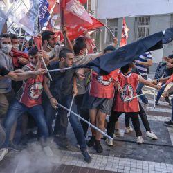 Manifestantes se enfrentan a agentes de policía durante una concentración, en el distrito de Kadikoy, en Estambul, convocada para conmemorar el aniversario del atentado suicida de 2015 que tuvo lugar en la ciudad de Suruc, en el sur de Turquía.   Foto:Bulent Kilic / AFP