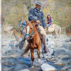 Alberto Caro al frente de una cabalgata desde Raco.
