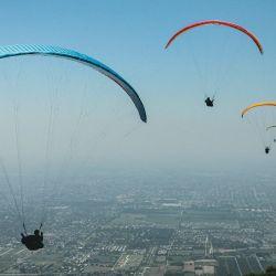 El cielo se llena de parapentes en Loma Bola –cerro San Javier– cuando el viento es propicio.