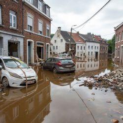 Coches dañados, escombros y ladrillos esparcidos por la calle, tras las fuertes lluvias que han causado graves inundaciones en la zona, en Pepinster.   Foto:Nicolas Maeterlinck / BELGA / AFP