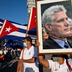 Una mujer sostiene un retrato del presidente cubano Miguel Díaz-Canel durante un acto de reafirmación revolucionaria en La Habana.   Foto:Yamil Lage / AFP