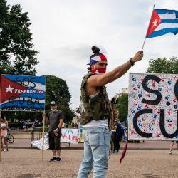 Manifestantes gesticulan y sostienen banderas durante una protesta que muestra el apoyo a los cubanos que se manifiestan contra su gobierno frente a la Casa Blanca en Washington, DC.   Foto:Andrew Caballero-Reynolds / AFP